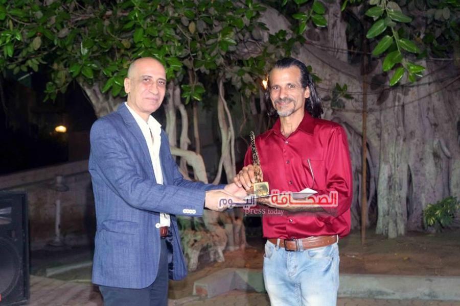 د. خالد سرور يكرم الفنان أيمن سعداوي