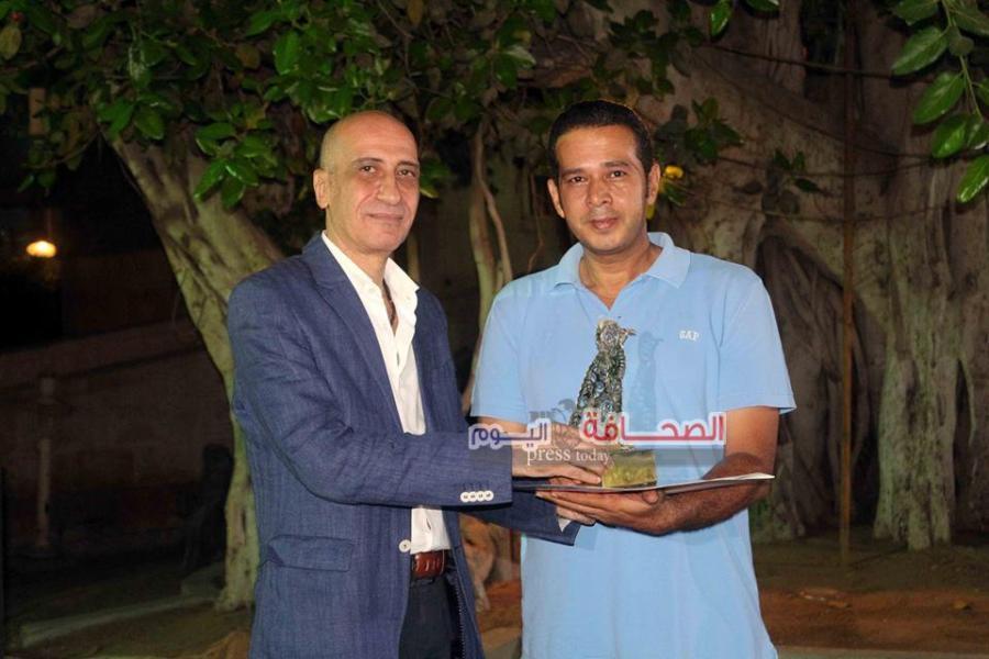 د. خالد سرور يكرم الفنان حكيم صالح