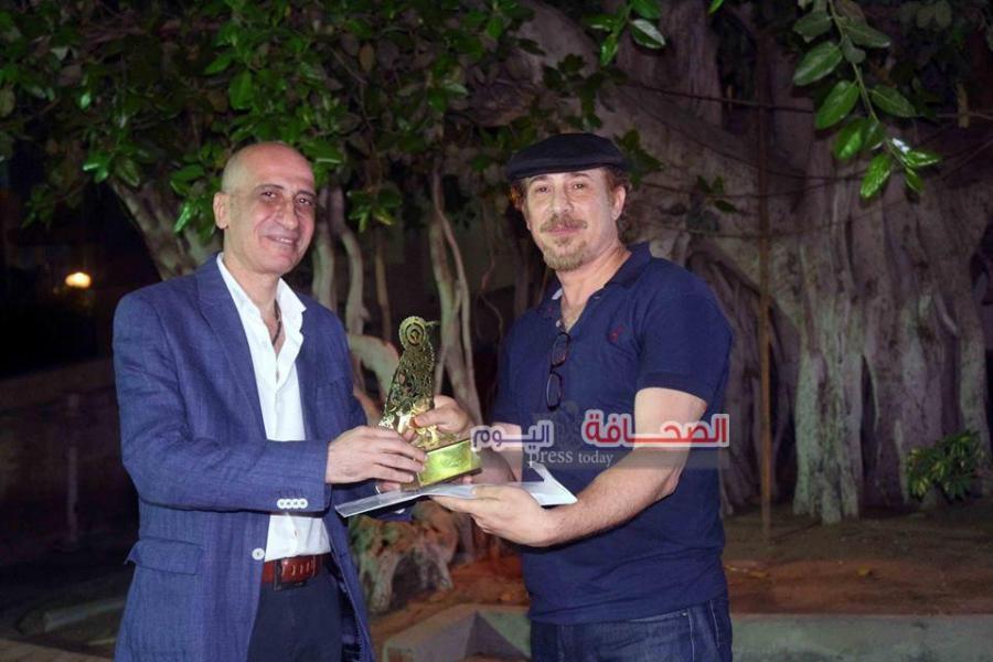 د. خالد سرور يكرم الفنان طارق الكومي