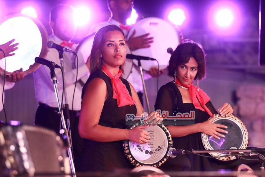 فتاتان تعزفان علي الايقاع -المرأة والايقاع