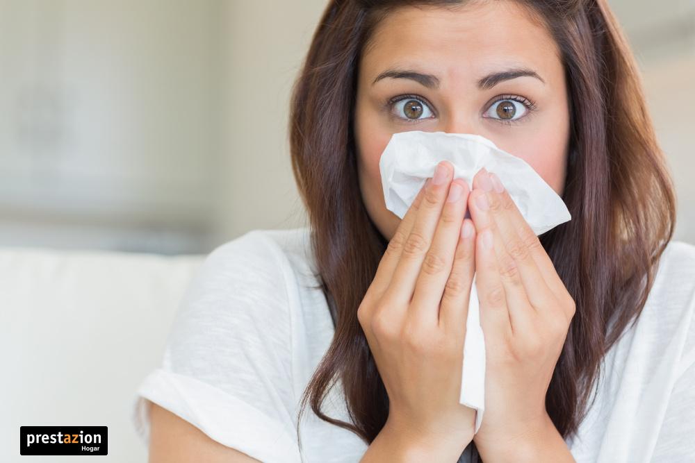 Mujer con alergia a los ácaros del polvo