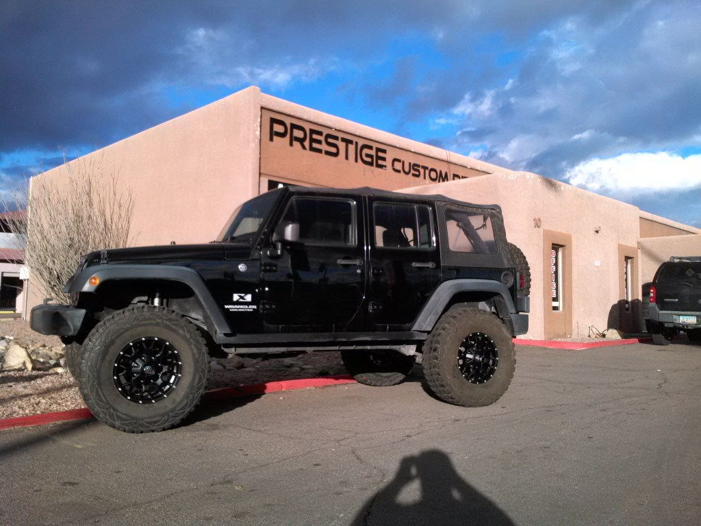 2008 JEEP JK UNL 4X4 WITH A 4 ROUGH COUNTRY SUSPENSION LIFT KIT AND MAYHEM WARRIOR 17X9 BLK AND 37 MTS (4)