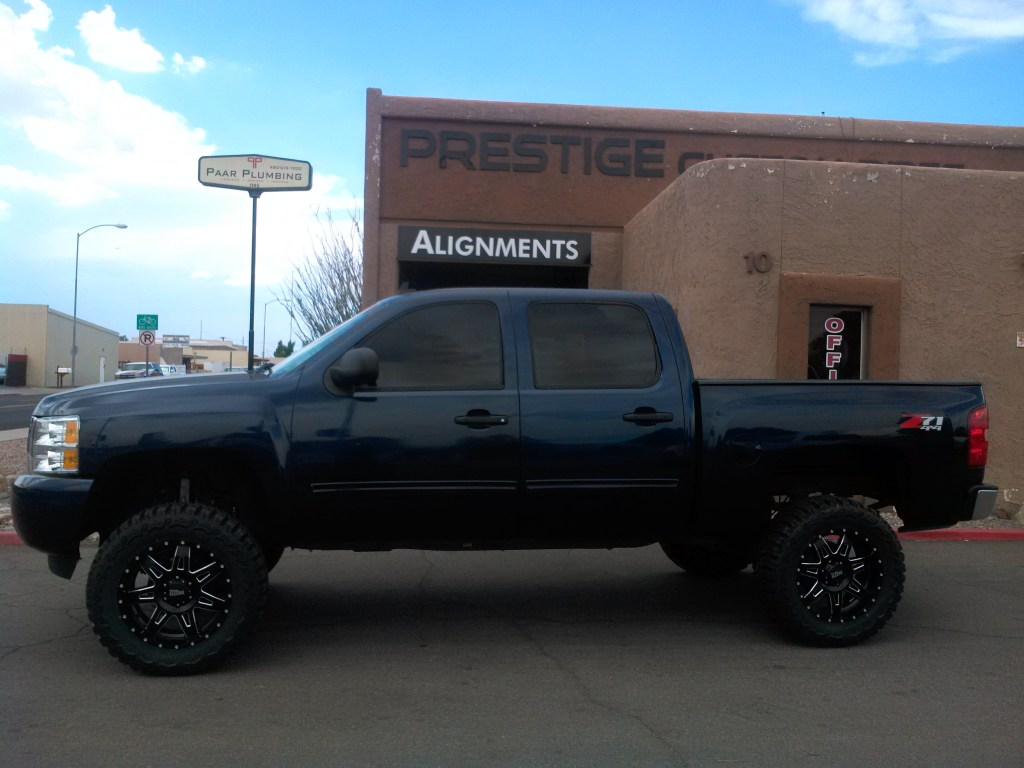 2009 CHEVY 1500 4X4 WITH 7.5 ROUGH COUNTRY LIFT KIT AND MOTO METAL WHEELS AND 35 TIRES (1)