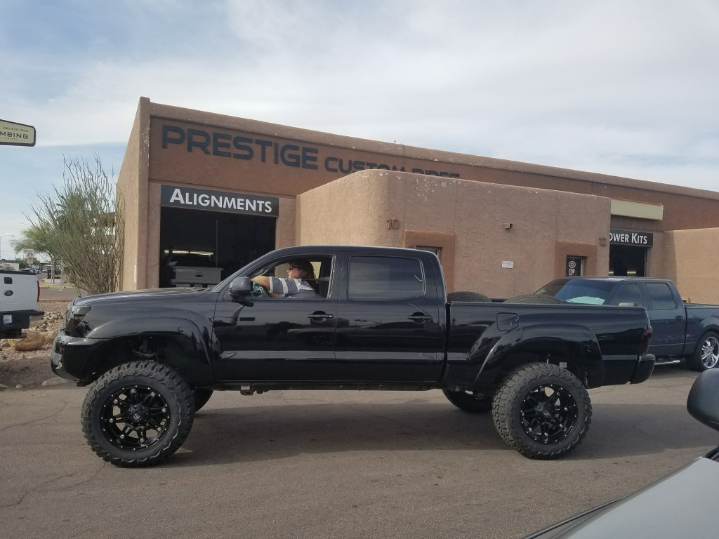 2010 TOYOTA TACOMA 4X4 WITH A 6 ROUGH COUNTRY SUSPENSION LIFT KIT AND A SET OF FUEL HOSTAGE 20X10 WITH THUNDER MTS 35X12 (2)