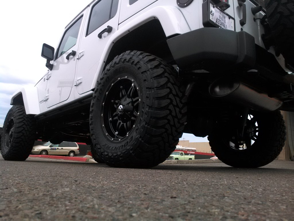2015 JEEP WRANGLER UNLIMITED WITH 4 ROUGH COUNTRY DUAL STEERING STABLIZER AND TOYO MT WITH FUEL WHEELS (2)