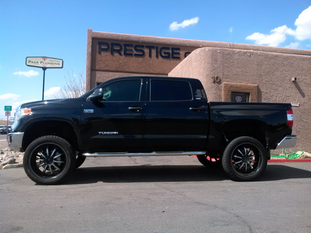 2015 TOYOTA TUNDRA 4 WD WITH 6 ROUGH COUNTRY LIFT KIT AND 24 WHEELS TIRES (1)