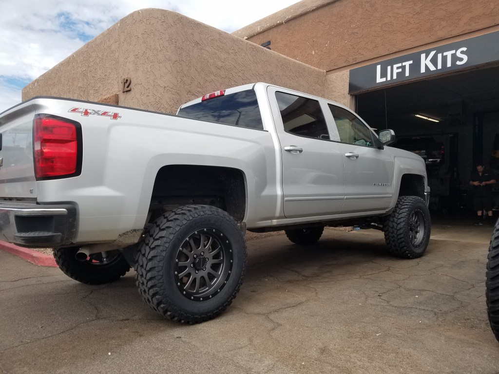 2016 CHEVY 1500 4X4 WITH A 7.5 ROUGH COUNTRY SUSPENSION LIFT KIT AND A SET OF PRO COMP BLK AND GREY WHEEL 20X9 WITH THE NEW FIRESTONE DESTINATION MTS 35X12 (2)