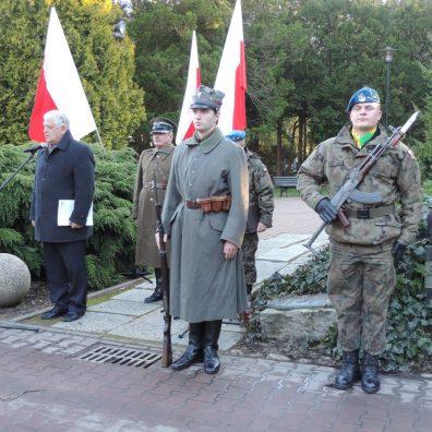 Na posterunku honorowym podczas rocznic stoją członkowie stowarzyszenia Perun w mundurach powstańczych.