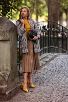 Stradivarius total look: płaszcz: 179,00 zł sweter: 69,90 zł spódnica: 99,90 zł torebka: 59,90 zł buty: 99,90 zł