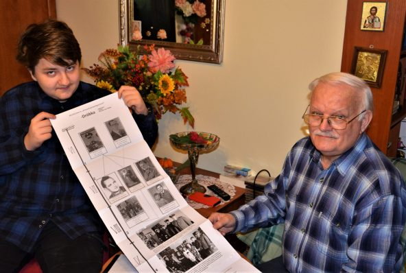 Michał i jego dziadek Zdzisław (podinsp. policji w stanie spoczynku), którzy posadzili w Koszalinie katyńskie drzewko – 10 lat później z mundurowym drzewkiem genealogicznym Dróbków, sporządzonym na życzenie londyńskiego wiarusa.