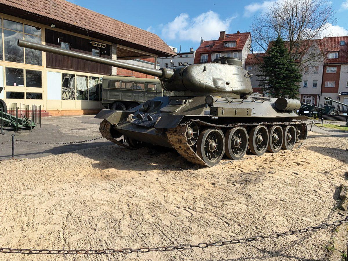 W pełni sprawny mechanicznie czołg T-34/85 jest ozdobą wystawy plenerowej militarnego oddziału MOP (Fot. A. Rutkowski/Archiwum MOP w Kołobrzegu).