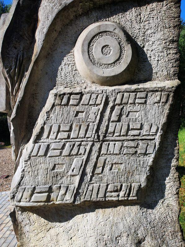 Z boku pomnika znalazł się schematyczny plan obozu według stanu z 1944 r. (Fot. Ł. Gładysiak).