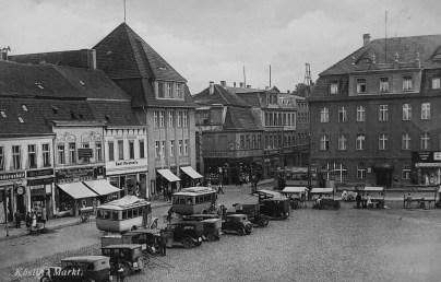 Koszaliński rynek w połowie lat trzydziestych XX w. Fabryka Carla Waldemanna była oddalona od tego głównego miejsca handlowego o zaledwie kilkaset metrów (archiwum prywatne).