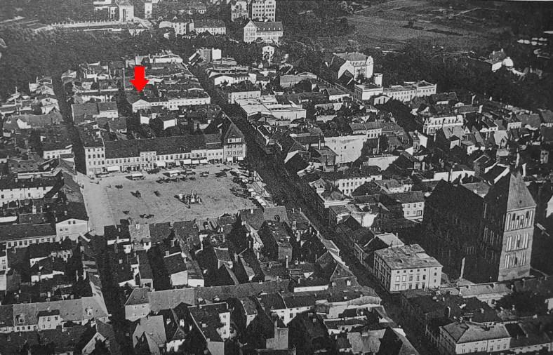 Zdjęcie lotnicze centrum Koszalina, wykonane krótko przed wybuchem II wojny światowej. Strzałką zaznaczono bramę wejściową fabryki Carla Waldemanna przy Junkerstrasse, czyli dzisiejszej ul. Adama Mickiewicza (Archiwum Studia Historycznego Huzar).