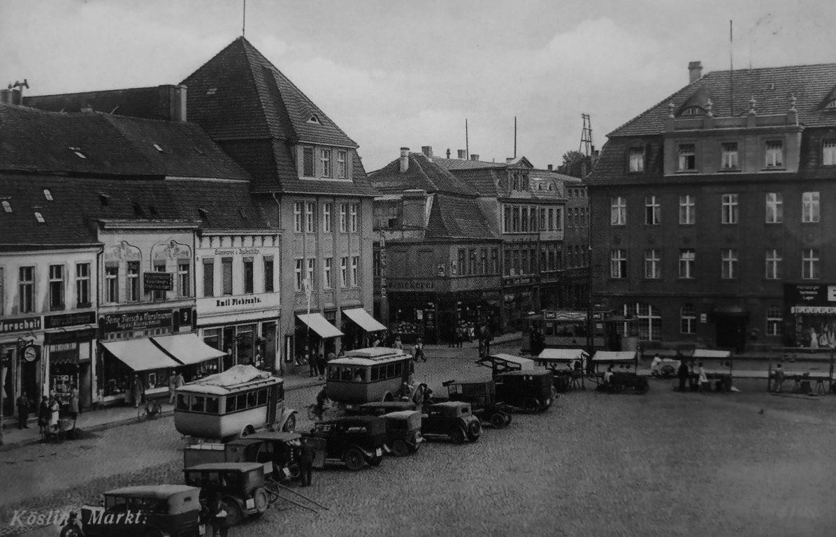 Koszaliński rynek na początku lat trzydziestych ubiegłego stulecia. Wśród zaparkowanych samochodów widoczny jest (trzeci od prawej strony) model DKW F1 (Archiwum prywatne).