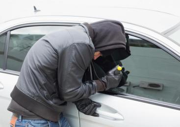 Neznanec razbil steklo vrat osebnega avtomobila in odtujil torbico, lastnica oškodovana za 1700 evrov