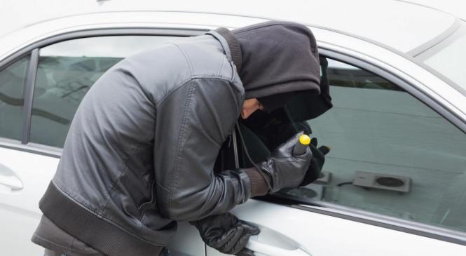 Policisti s pomočjo občana izsledili ukradeno vozilo