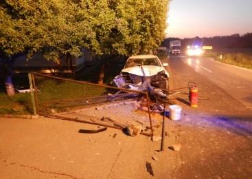 Voznik začetnik zapeljal s ceste, trčil v vrtno ograjo in se hudo poškodoval