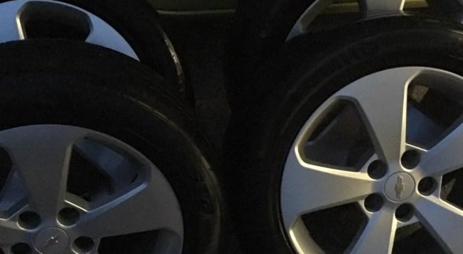 V Kopru je nekdo na makadamskem parkirišču ob hitri cesti z osebnega avtomobila BMW ukradel vsa štiri kolesa, vredna 1500 evrov