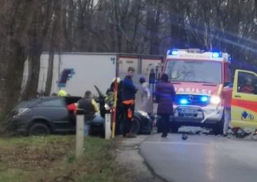 Voznica osebnega avtomobila vozila po levi strani cestišča in trčila v tovorno vozilo