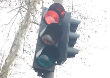 Motorist zapeljal skozi rdečo luč in povzročil prometno nesrečo