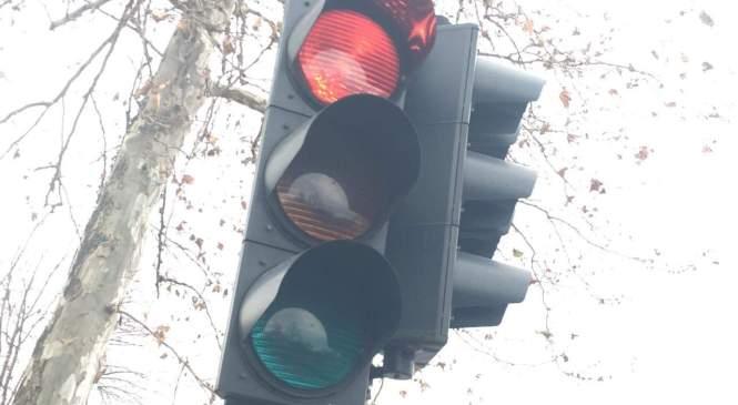 Nepridiprav poškodoval semafor in povzročil za 6.000 evrov škode