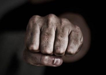 Moški verbalno in fizično napadel sosedo