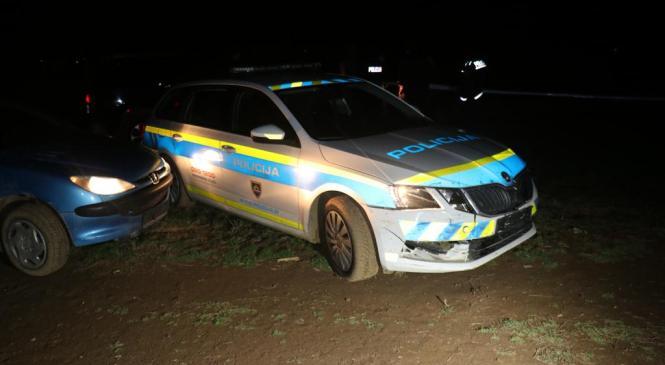 Namerno trčil v službeno vozilo in poškodoval policista