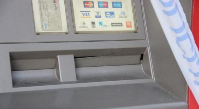 Oropala jo je pred bankomatom
