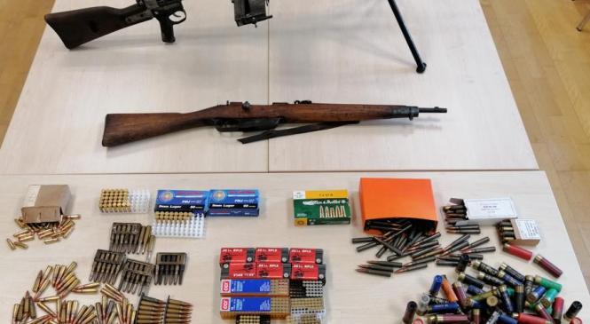 Med hišno preiskavo zasegli 2 kosa vojaškega orožja in 1100 različnih nabojev