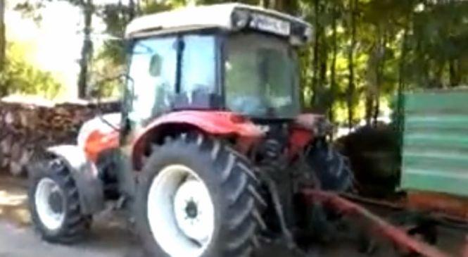 Med vožnjo padla s traktorskega priključka