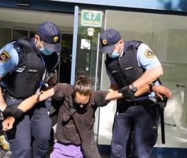 VIDEO: Tako je policija danes odstranila protestnike izpred Ministrstva za okolje