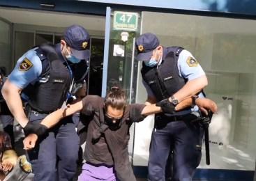 Policisti pridržali žensko, ki je med postopkom udarila policistko