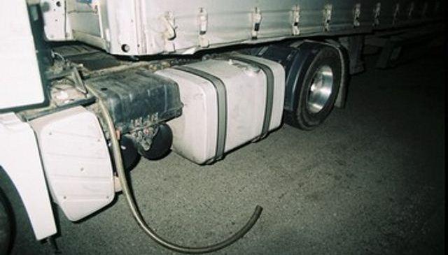 Iz rezervoarja tovornega vozila neznanec ukradel 500 litrov goriva