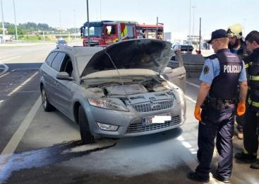 Na mejnem prehodu Obrežje gasili požar na osebnem vozilu