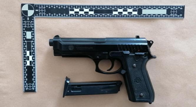 Policisti med hišno preiskavo zasegli pištolo