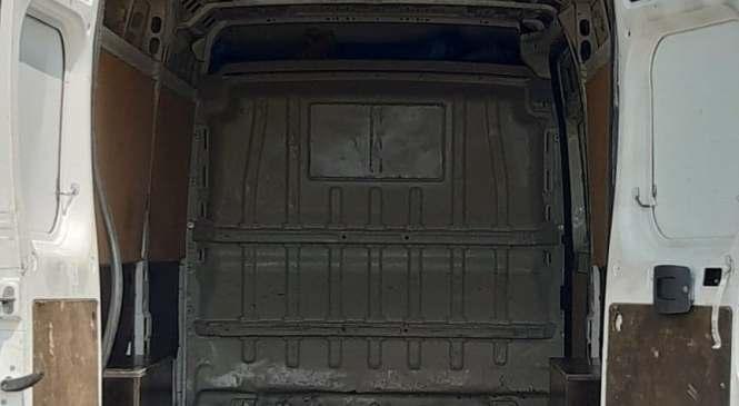 V kombiju prevažal kar 25 ilegalnih prebežnikov