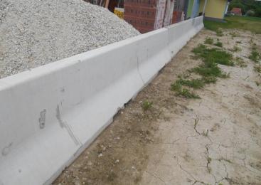 Voznica zaradi vožnje z neprilagojeno hitrostjo trčila v betonsko ograjo