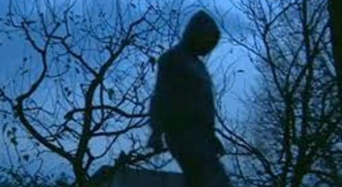 Moški pokrit s kapuco, napadel 11-letnega otroka