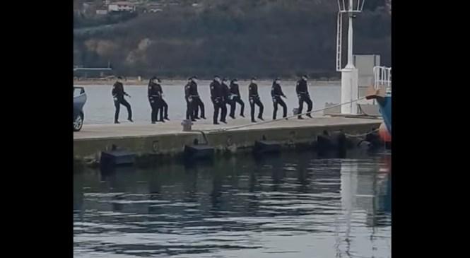VIDEO: Koper: Skupina policistov in policistk na pomolu plesala na hit Jerusalema