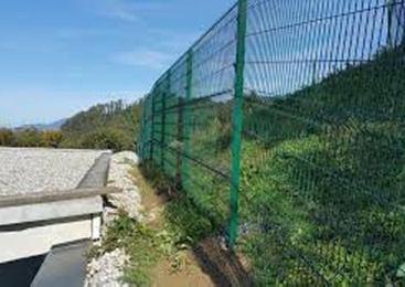 Državljana Alžirije preplezala panelno ograjo in na nedovoljen način vstopila v našo državo