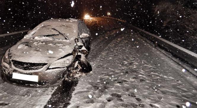 Gorenjski policisti pozivajo k previdnosti na zasneženih cestah