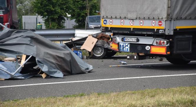 Voznik tovornega vozila trčil v pešca, ki je na kraju podlegel poškodbam
