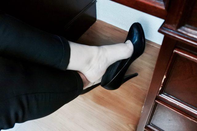 Stiekem blote voeten op het werk