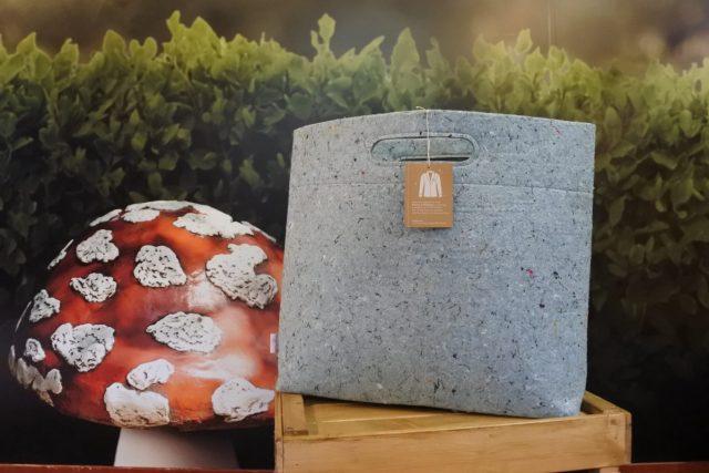 Efteling maakt tassen van oude werkkleding