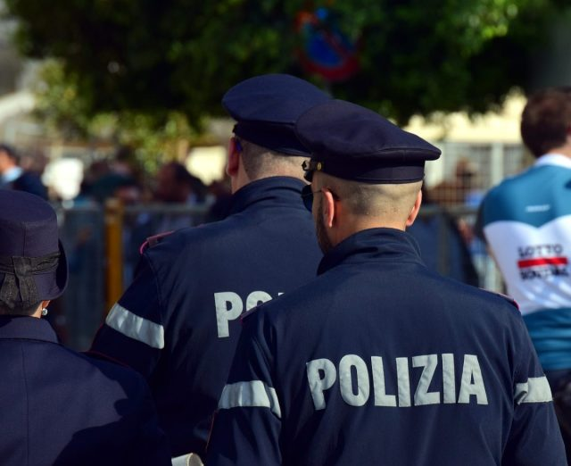 Is verkleden als politie tijdens carnaval strafbaar?