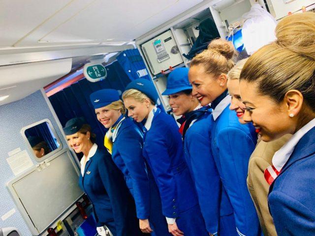 KLM organiseert modeshow met uniformen in de lucht