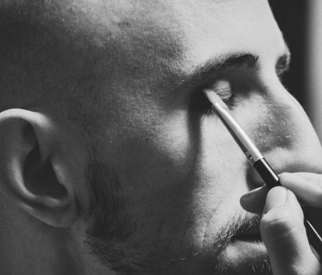 Mannen aan de make-up dankzij videovergaderen