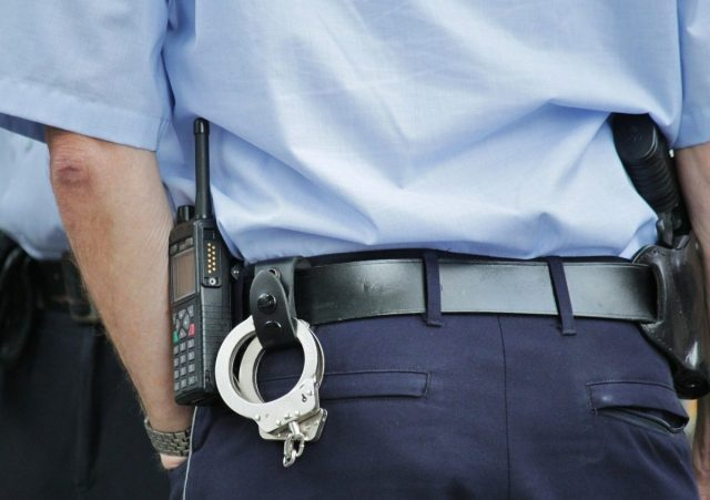 Overval in politie-uniform kost je vrijheid én geld