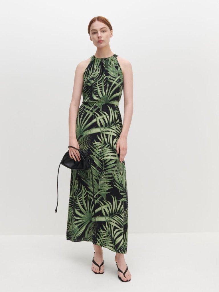 šaty značky Reserved na ramienka s tropickou potlačou na čiernom podklade